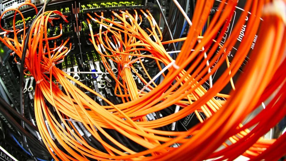 Noch keine Selbstverständlichkeit: In vielen Regionen in Deutschland ist die schnelle Internetverbindung per Glasfaser-Datenkabel wie in diesem Hochleistungsrechner in Leipzig noch ein Traum.