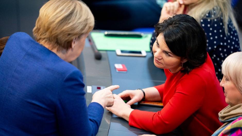 Wortführerin der Gegner: Annalena Baerbock (Grüne) sprach während der Bundestagsdebatte mit Kanzlerin Angela Merkel (CDU)