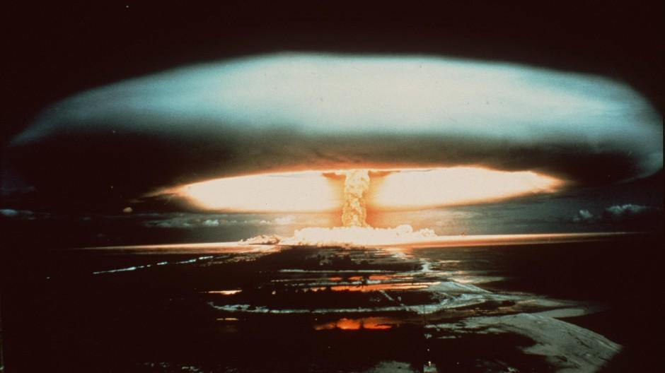 1971 lässt Frankreich auf dem Mururoa-Atoll eine Atombombe zu Versuchszwecken detonieren.
