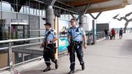 Auf der Hut: norwegische Sicherheitskräfte am Flughafen Oslo