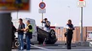 Polizisten am Freitagmorgen am Tatort in Cambrils