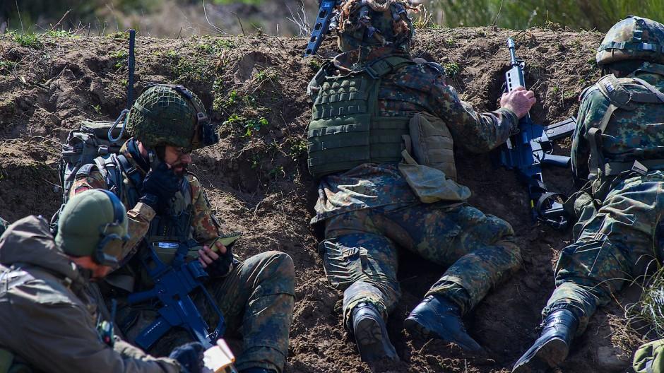 Soldaten, die künftig in Litauen Dienst tun sollen, liegen am 13. April während einer Übung auf dem Truppenübungsplatz Altengrabow in einer Stellung.