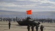 Ein chinesischer Panzer nimmt an einer Parade auf dem Übungsgelände «Tsugol», etwa 250 Kilometer südöstlich der Stadt Tschita in Ostsibirien teil.
