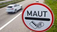 Ein Mauthinweisschild an der Stadtautobahn in Rostock