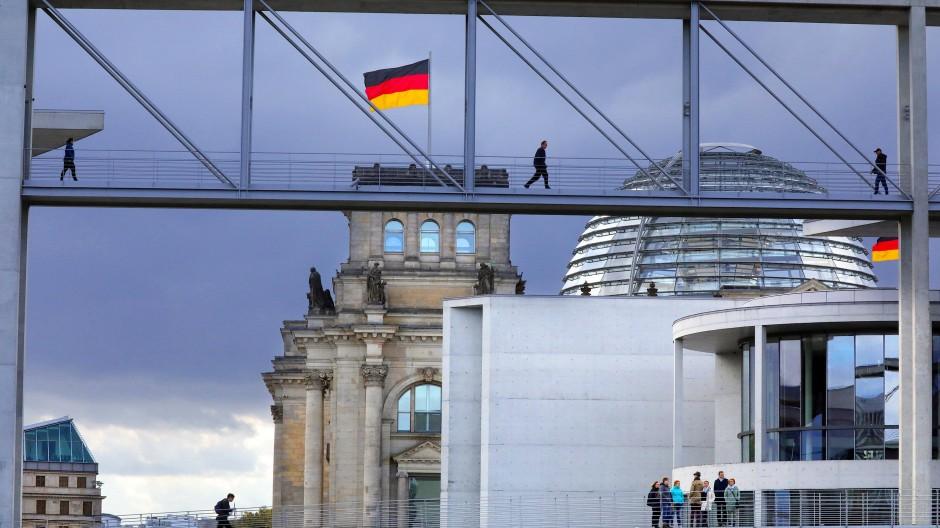 Quo vadis? Menschen überqueren die Brücken über die Spree zwischen den Bundestagsgebäuden im Regierungsviertel.