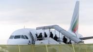 Bald auch nach Tunesien oder Marokko?: Abgelehnte Asylbewerber steigen am Baden-Airport in Rheinmünster (Baden-Württemberg) im Rahmen einer landesweiten Sammelabschiebung in ein Flugzeug.