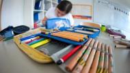 Besseres Lernen? Mäppchen liegen in der BiL-Privatschule in Stuttgart vor einer Schülerin der 5. Klasse.
