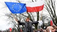 """Medien kontrollieren, Verfassungsgericht paralysieren – was kommt noch? Diese Polin protestiert zusammen mit Tausenden am 19. Dezember vor dem Parlament in Warschau gegen Jaroslaw Kaczynskis """"Recht und Gerechtigkeit"""" (PiS)."""