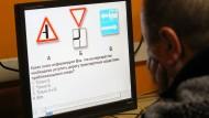 Die Regeln des Straßenverkehres verstehen und anwenden können: Die russische Regierung traut das manchen Minderheiten nicht zu.