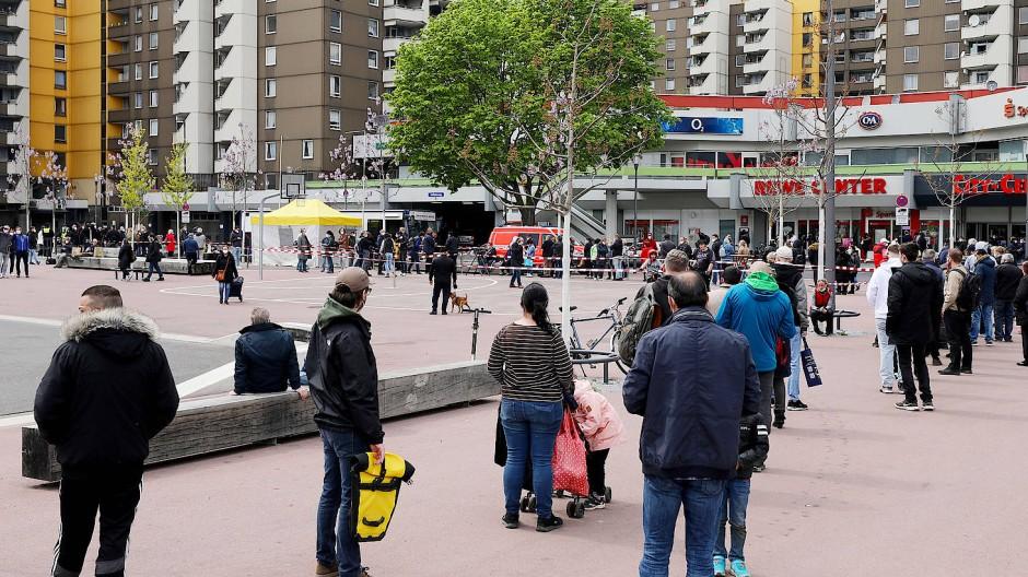 Im Kölner Stadtteil Chorweiler, einem sozialen Brennpunkt, stehen Menschen am 3. Mai vor einem Impfmobil Schlange.