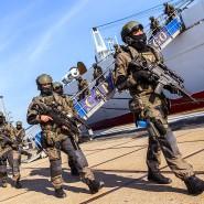 """SEK-Einsatzkräfte verlassen nach der NITEX (Niedersächsische Terrorismusabwehr Excercise) das beteiligte Zielschiff """"Cap San Diego"""""""