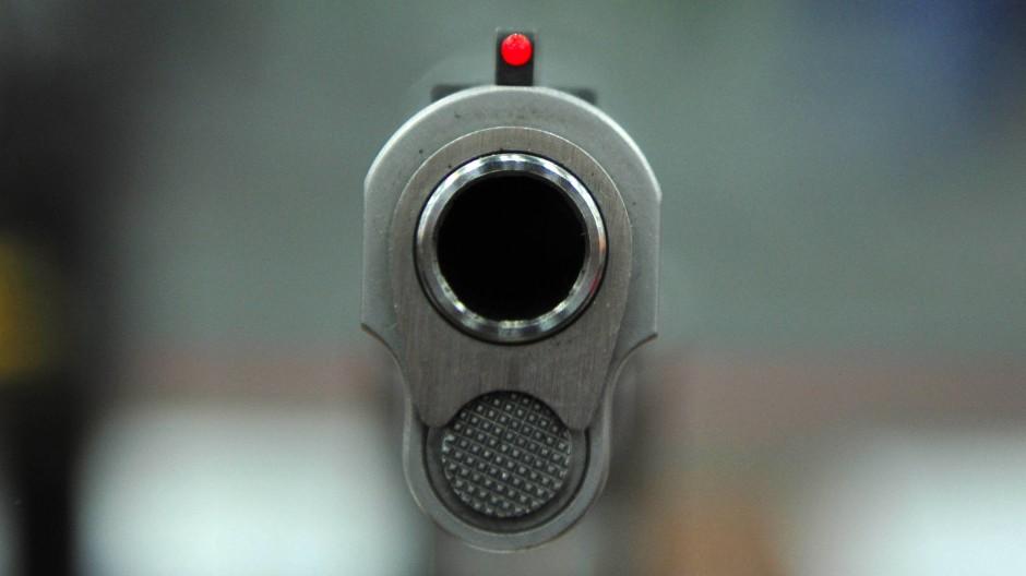 Ein Blick in die Mündung einer 45er-Halbautomatik-Handfeuerwaffe auf dem Jahreskongress der National Rifle Association (NRA) 2013 in Houston.