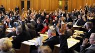 Ein erfolgreicher Volksentscheid: Abgeordnete der Hamburger Bürgerschaft stimmten im März 2010 über die Schulreform ab.