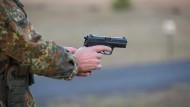 Ein Bundeswehrsoldat bei einer Schießübung auf einem Truppenübungsplatz mit einer Pistole