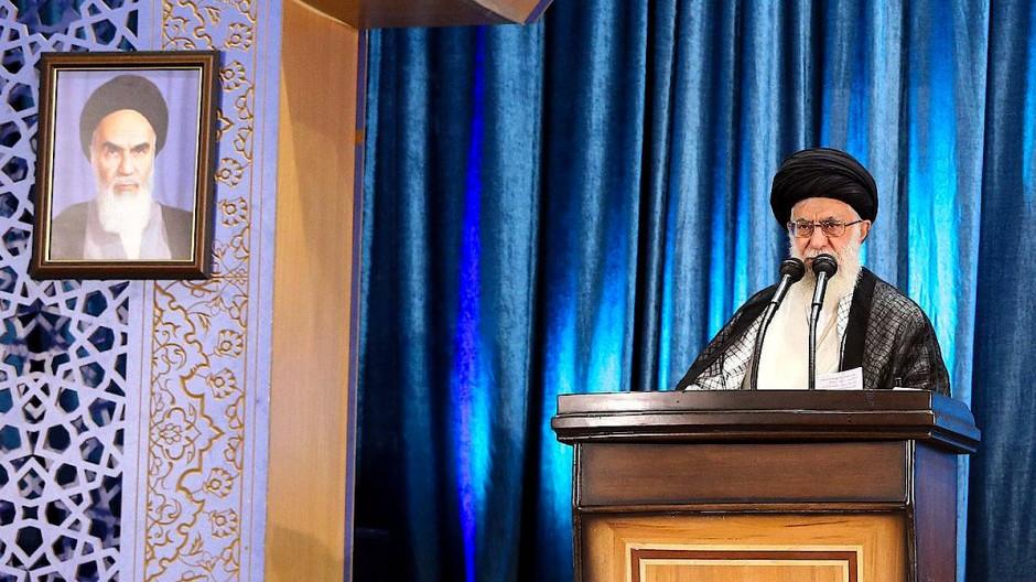Irans oberster Führer Ajatollah Ali Chamenei predigt während der Freitagsgebete in Teheran.