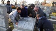Hunderte Gräber auf jüdischem Friedhof geschändet
