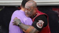 Quer durch die Bevölkerung: Mitglieder rivalisierender Banden und Anwohner von Christchurch zollen den Opfern des Anschlags am Samstag Respekt