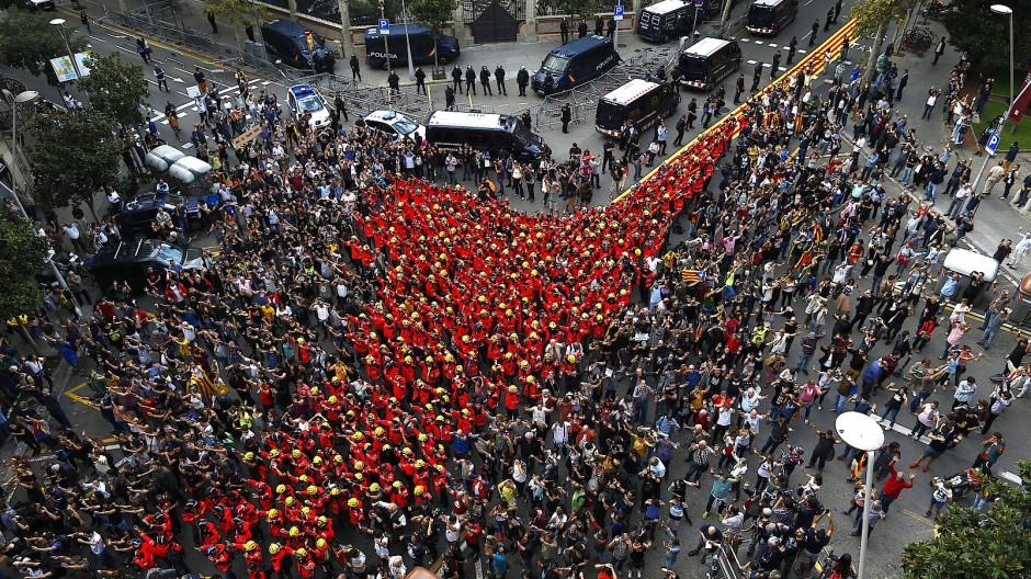 In Barcelona schließen sich Feuerwehrleute den Demonstranten an.