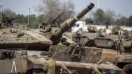 Israelische Soldaten bringen sich mit Panzern in der Nähe des Gazastreifens in Stellung (Archivbild).