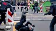 Bei einer Demonstration in Leipzig werfen radikale Linke Steine nach Polizisten.