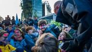 Räumung: Klimarebellen im Gespräch mit der Bereitschaftspolizei