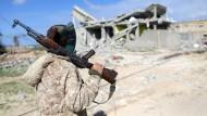 Ein Angehöriger der ostlibyschen Streitkräfte vor einem Haus in Benghazi