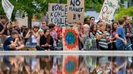 """Teilnehmer der Klimademonstration """"Fridays for Future"""" am 16. August mit ihren Transparenten im Invalidenpark in Berlin"""