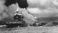 Amerikas Alptraum: Der Angriff auf Pearl Harbor, im Bild das sinkende Schlachtschiff USS West Virginia, die USS Maryland (links) und die USS Oklahoma (rechts)