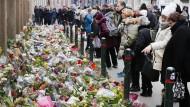 Der Tatort vor der Synagoge: Ein Blumenmeer