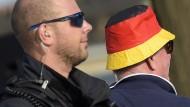 Wie groß ist die Nähe? Ein Polizeibeamter neben einem Unterstützer der rechtspopulistischen Demonstration am Dienstag in Dresden