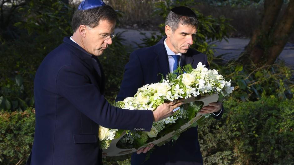 Ministerpräsident Mark Rutte (links) bei einer Kranzniederlegung am Sonntag
