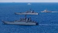 """Dieses Foto der russischen Streitkräfte soll offenbar vom Manöver """"Ocean Shield 2019"""" stammen. Im Hintergrund könnte das deutsche Flottendienstboot Oste zu sehen sein."""