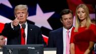 Donald Trump, hier noch als Präsidentschaftskandidat, mit seinem damaligen Wahlkampfmanager Paul Manafort und Tochter Ivanka bei einer Veranstaltung in Cleveland im Juli 2016