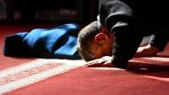 Ein Muslim betet am Tag der Deutschen Einheit 2017 in der Hamburger Centrum Moschee.