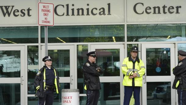 Der schwer verletzte mutmaßliche Attentäter des Boston-Marathons ist bei Bewusstsein und soll sobald wie möglich befragt werden.