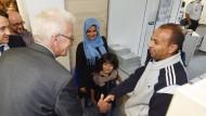Baden-Württembergs Ministerpräsident Winfried Kretschmann (Grüne), besucht am 18. August 2015 die Landeserstaufnahmeeinrichtung für Asylbewerber (LEA) in Karlsruhe und unterhält sich mit Flüchtlingen.