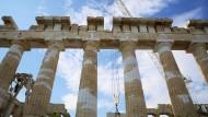 Auch hier gibt es noch viel zu tun: Arbeiter heben eine Platte im Parthenon-Tempel auf dem Akropolis-Hügel in Athen.
