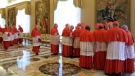 Im Vatikan: Kardinäle besprechen sich nachdem Papst Benedikt XVI. seinen Rücktritt ankündigte.