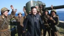 Der nordkoreanische Führer Kim Jong Un mit jubelnden Soldaten