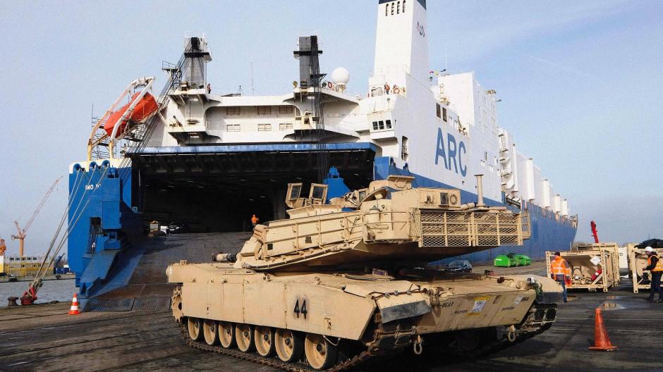 """Ein erstes Corona-Opfer war das abgebrochene Nato-Manöver """"Defender 2020"""". Dafür waren im Februar unter anderem amerikanische Abrams-Schützenpanzer über Bremerhaven nach Europa verlegt worden."""