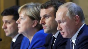 Mehr Deutsche vertrauen Macron eher als Merkel
