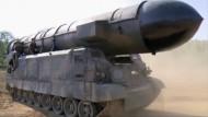 """Das soll Nordkoreas jüngster Streich sein: Eine Mittelstreckenrakete des Typs """"Pukguksong-2"""" in einer Standbildaufnahme des nordkoreanischen Fernsehsenders KRT."""