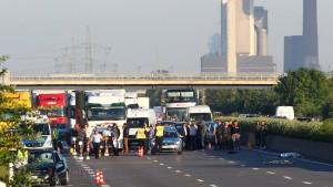 Mann sticht auf drei Personen ein und wird auf der Autobahn überfahren