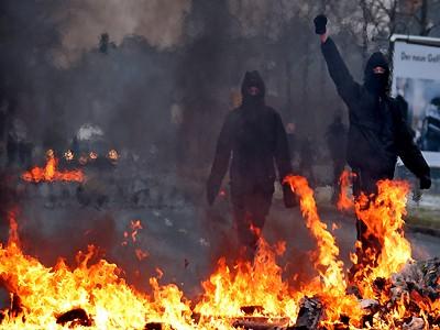 Autonome hinter einer Feuerbarrikade bei einer Neonazi-Kundgebung in Dresden am 19.02.2011