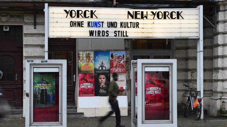 """""""Ohne Kunst und Kultur wird's still"""", steht über dem Eingang eines Kinos in Berlin."""