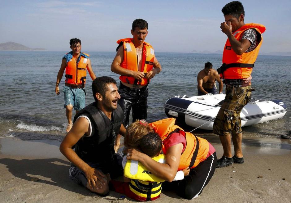 Tränen der Freude: Jeden Tag erreichen weitere Flüchtlinge den Strand von Kos.