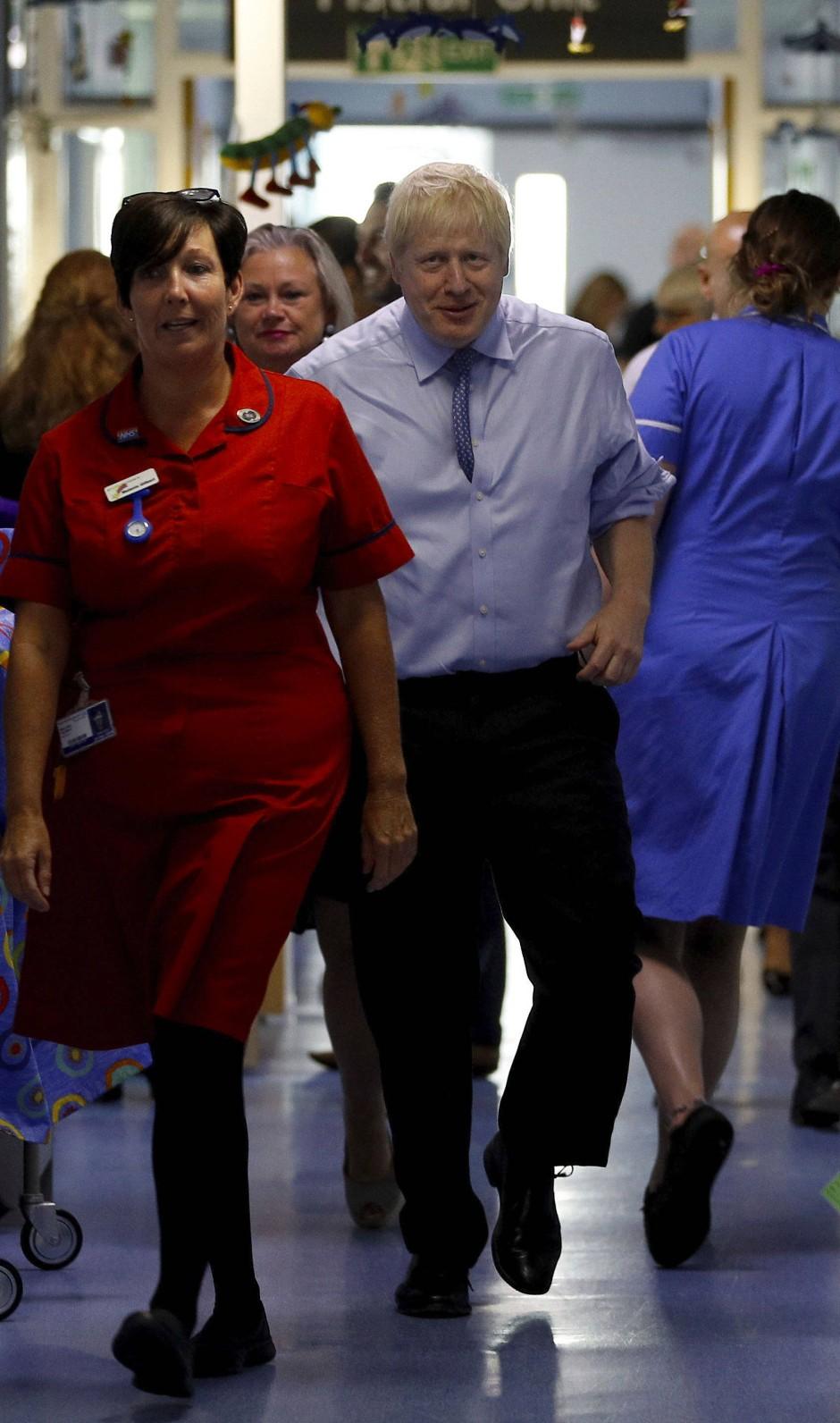Lauter englische Patienten: Johnson am Montag bei dem Besuch eines Krankenhauses