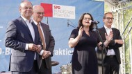 Andrea Nahles beim Sommerfest der SPD-Bundestagsfraktion am 4. Juli, umgeben von Olaf Scholz (SPD, ganz links), Volker Kauder (CDU) und Alexander Dobrindt (CSU, rechts).