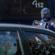 Ein Polizist hält am 22. September ein Fahrzeug an einem Kontrollpunkt im Madrider Stadtviertel Usera an, der zur Eindämmung der Pandemie abgesperrt ist.