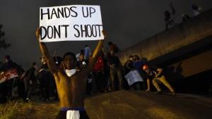 Demonstranten widersetzen sich Ausgangssperre
